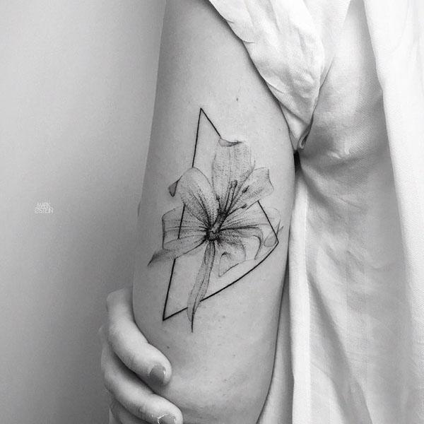 Tatuaż w stylu graficzny kwiat trójkąt
