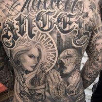 Tatuaż chicano krzyż kobieta róża cały plecy broń facet