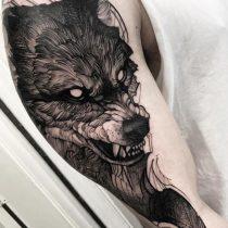 Tatuaż czarno biały wilk