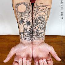 Czarny kolorowy tatuaż grawiura góry, słońce, woda, gwiazdy, palma, chmury.