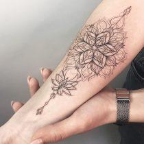 Tatuaż linearny kwiat lotos