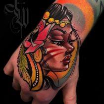 Tatuaż newschool kolorowy twarz kobiety róża