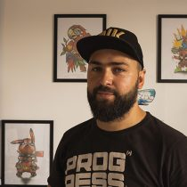 Tatuażysta Kamil Szymkowiak ze studio tatuażu Loco Tattoo które znajduje się w Poznaniu. Wykonuje tatuaże czarne, kolorowe w różnych stylach tradycyjny, neotradycyjny, graficzne, realistyczne.