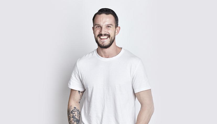 Tatuażysta Tomasz Święty – Saint Kardasz z Poznań. Pracuje w studio tatuażu Tattoo.pl, wykonuje tatuaże czarne, kolorowe w stylu realistycznym.