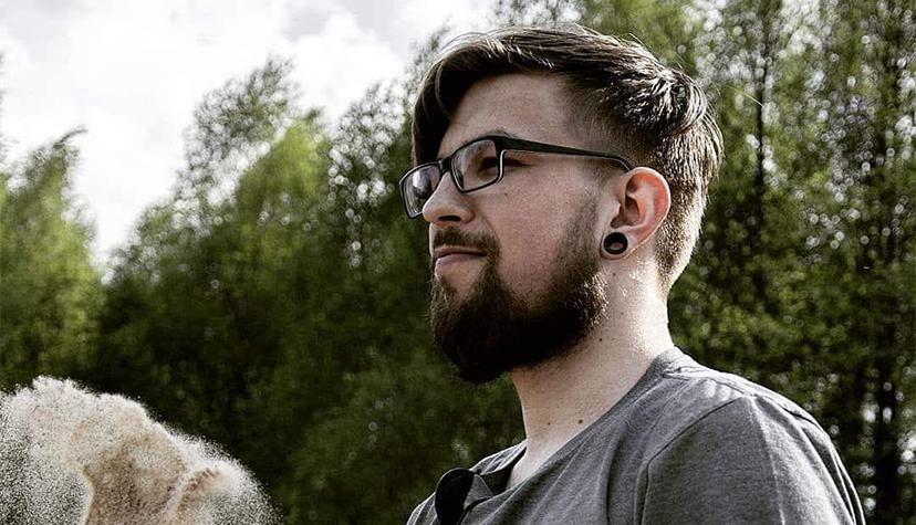 Łukasz Samowski - PanDa pracujący wStudio Tatuażu La Onda INC. Tatuażysta zWarszawy. Wykonujący projekty oraztatuaże wstylu anime, kreskówka.