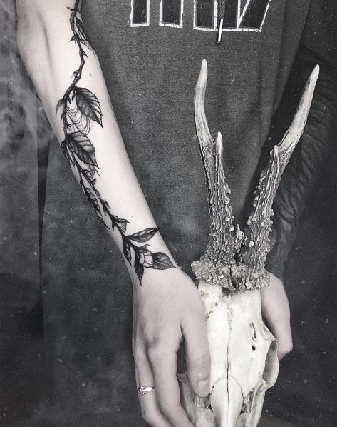 Emanuela Latoszek - Niedelikatność pracująca wStudio Tatuażu Black Mood. Tatuażysta zKraków. Wykonująca projekty oraztatuaże wstylu graficznym, magicznym imrocznym. Tatuaż liścia ikwiaty.