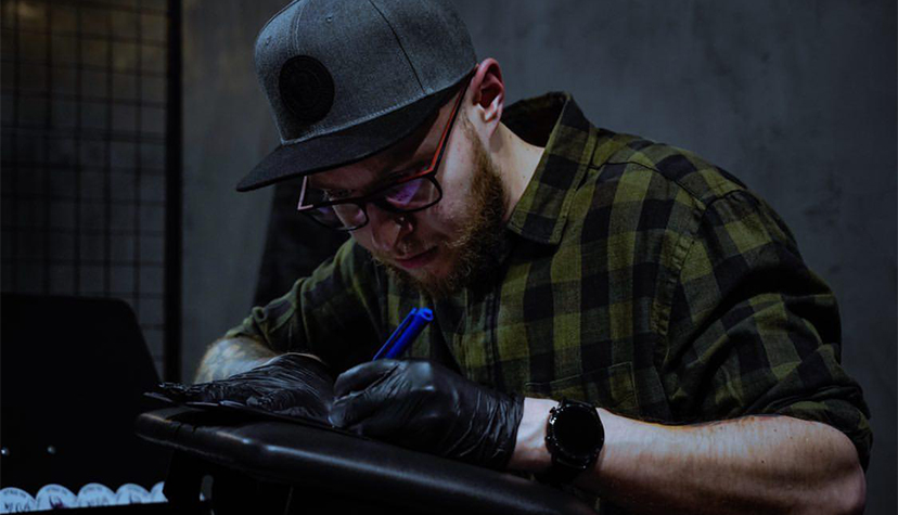 Tatuażysta zToruń Dawid Falkowski Falek zestudio tatuażu Intruz INK