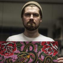 Tatuażysta Artur Budyk Blady Czort z miasta Warszawa ze studio tatuażu Art Force Tattoo.