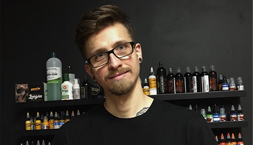 Tatuażysta Kris Ruszkowski zmiasta Warszawa zestudio tatuażu Alternative Tattoo.