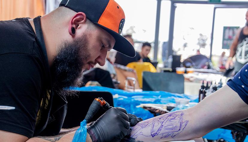 Tatuażysta Krzysztof Osiński zmiasta Bielsko Biała zestudio tatuażu Rock'n'Roll Tattoo