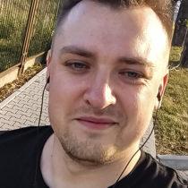 Tatuażysta Mateusz Kosmala z miasta Ostrów Wielkopolski ze studio tatuażu Jokers Tattoo