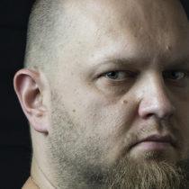 Tatuażysta Max Pniewski Tattoo z miasta Toruń ze studio tatuażu Phoenix Rising Tattoo.