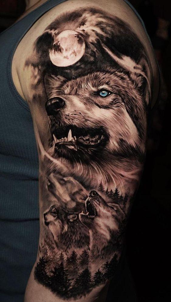 tatuaż realistyczny wyjących wilków naksiężyc zlasem ramieniu