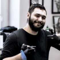 Tatuażysta Michał Piwowarczyk Młody Jan z miasta Sopot ze studio tatuażu Saveetat Tattoo