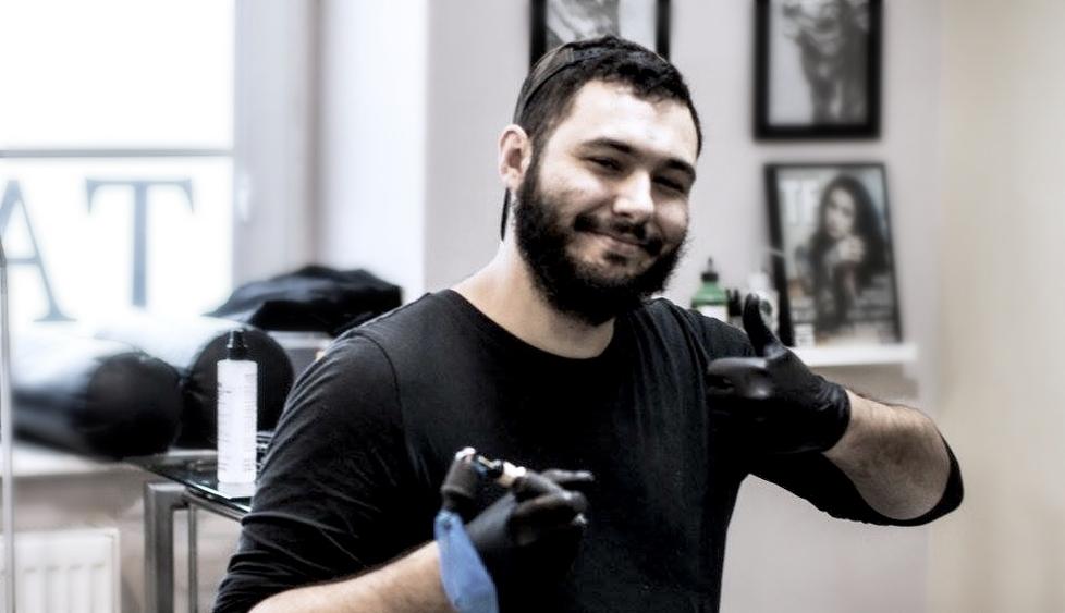 Tatuażysta Michał Piwowarczyk Młody Jan zmiasta Sopot zestudio tatuażu Saveetat Tattoo