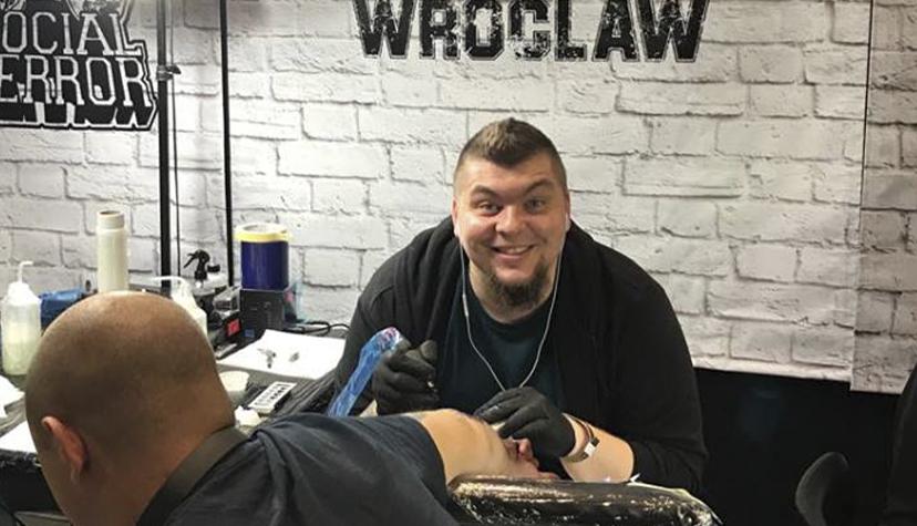 Tatuażysta Ruslan Novak zmiasta Wrocław zestudio tatuażu Black Moth Tattoo & Piercing