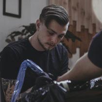 Tatuażysta Tomasz Jasek Krzywy Kontur z miasta Kraków ze studio tatuażu Black Mood Tattoo