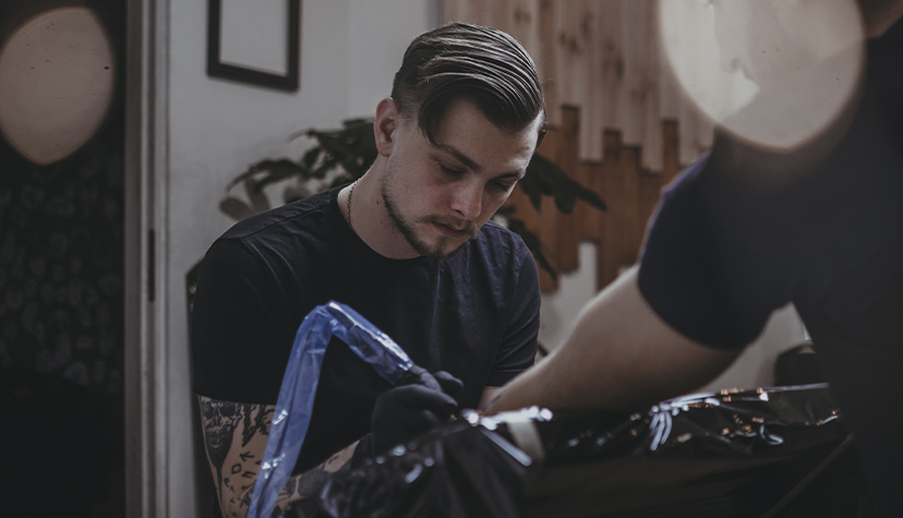 Tatuażysta Tomasz Jasek Krzywy Kontur zmiasta Kraków zestudio tatuażu Black Mood Tattoo