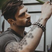 Tatuażysta Witold Wróblewski Kwin Tattoo z miasta Kraków ze studio tatuażu Black Mood