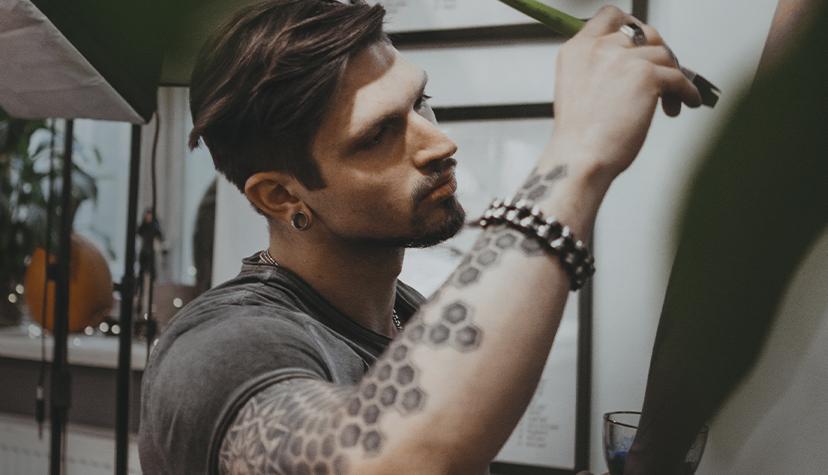 Tatuażysta Witold Wróblewski Kwin Tattoo zmiasta Kraków zestudio tatuażu Black Mood