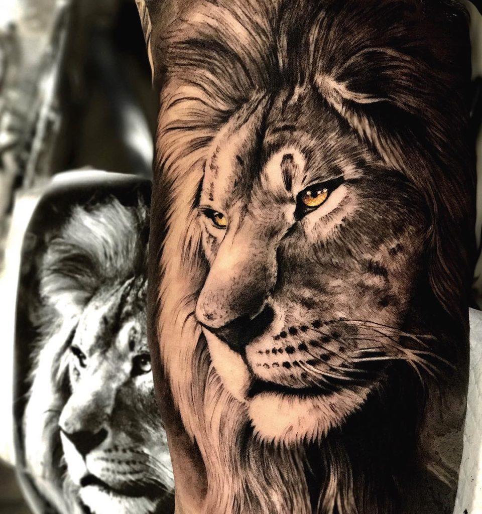 Graficzny Tatuaż głowa lwa naręce zżółtymi oczami