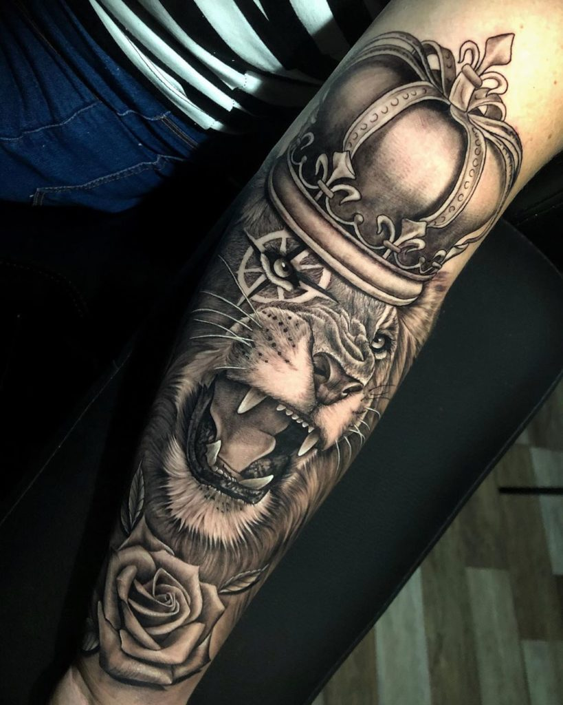 Tatuaż Lew zły zkoroną nawewnętrznej stronie przedramienia