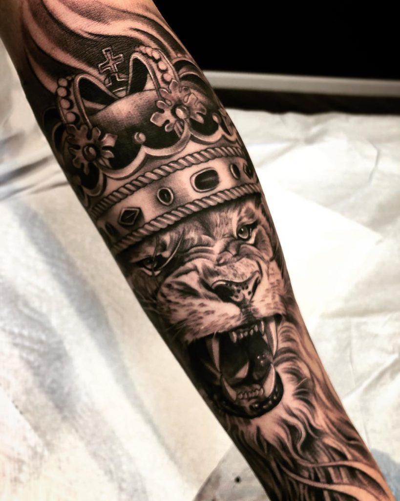 Tatuaż Lew zkoroną naprzedramieniu