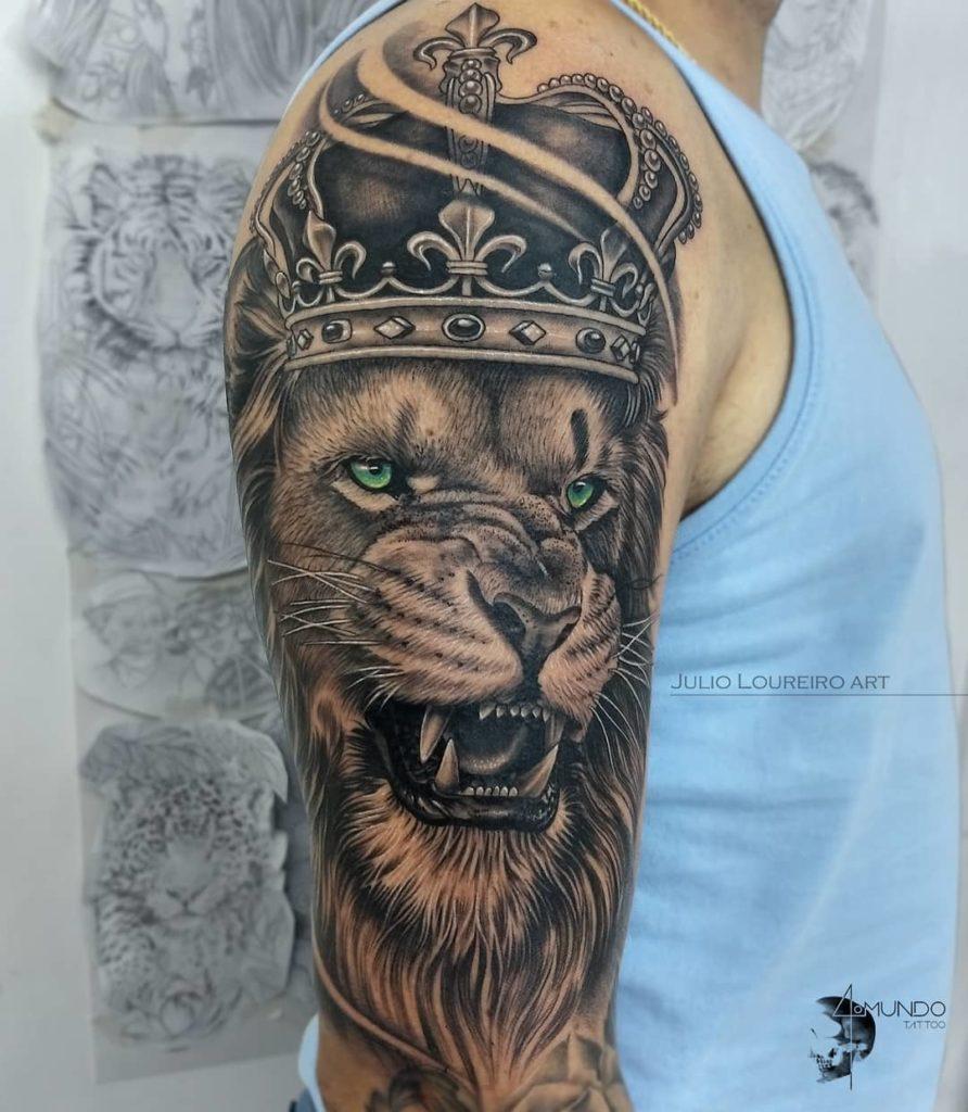 Tatuaż Lew zkoroną naramieniu orazbarku