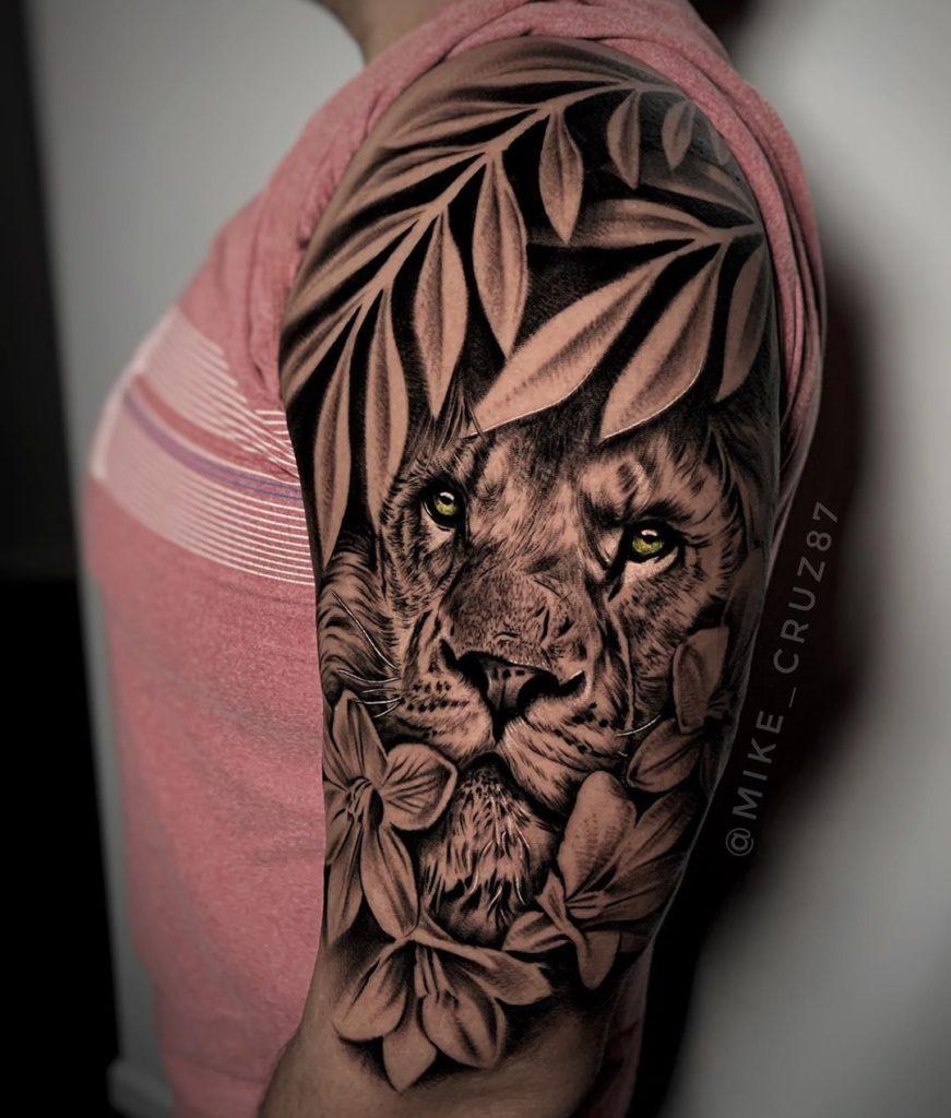 Tatuaż Lew zkwiatami ilistkami naramie znaczenie dla mężczyzn ikobiet