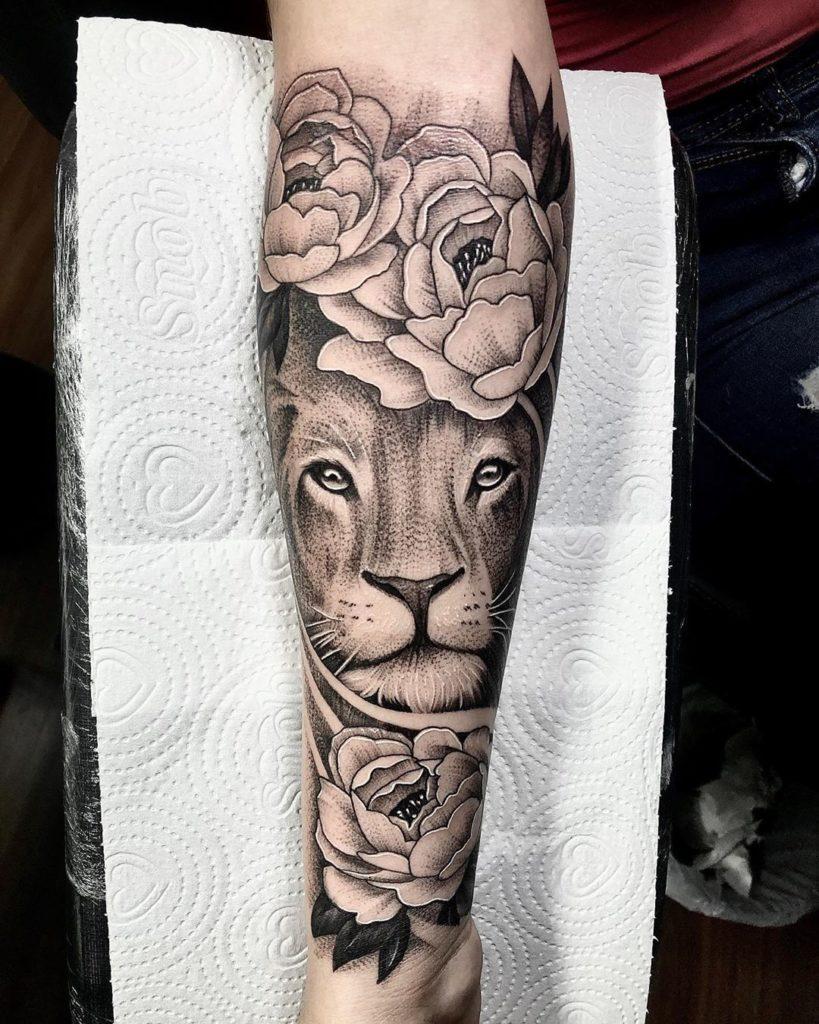 Tatuaż Lew zkwiatami piwonia naprzedramieniu znaczenie dla mężczyzn ikobiet