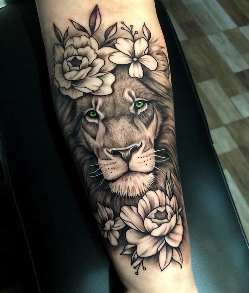 Tatuaż Lew zkwiatami różą naprzedramieniu znaczenie dla mężczyzn ikobiet