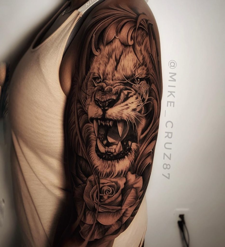 Tatuaż Lew zkwiatami różą naramie znaczenie dla mężczyzn ikobiet