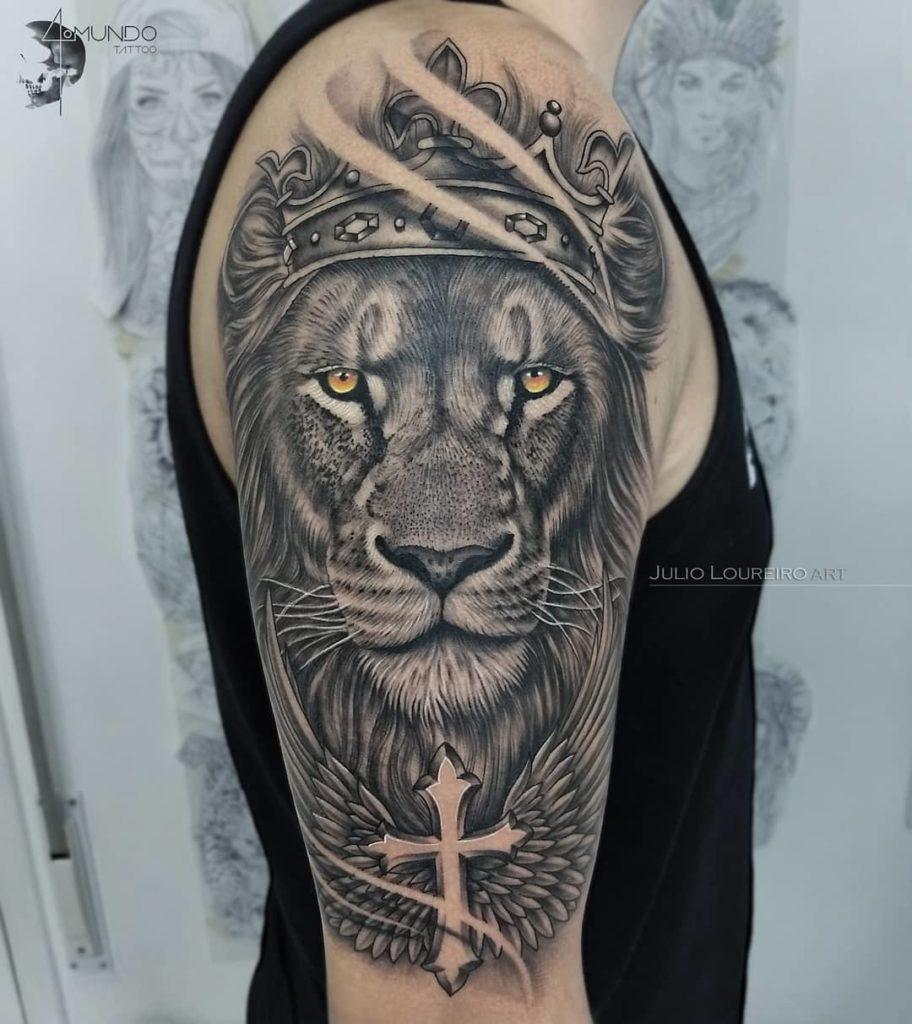 Tatuaż Lew zeskrzydłami naramię zkoroną zkrzyżem znaczenie dla mężczyzn ikobiet