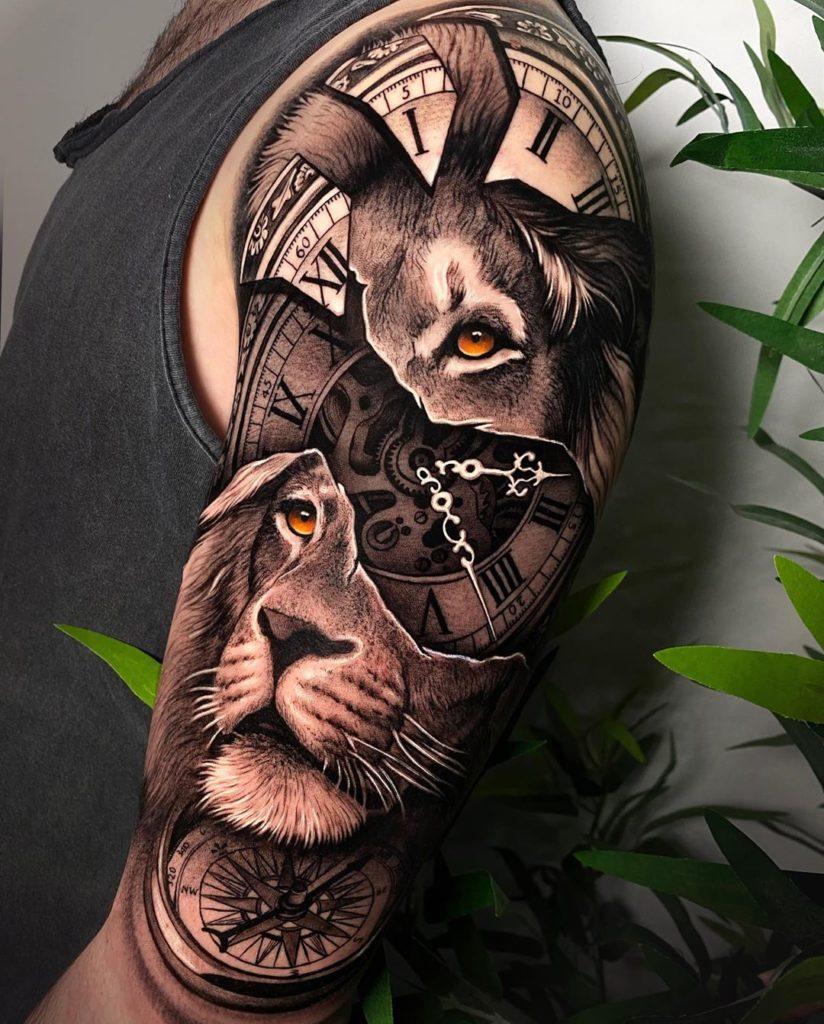 Tatuaż Lwa zpomarańczowym okiem zzegarkiem naramieniu znaczenie dla mężczyzn ikobiet