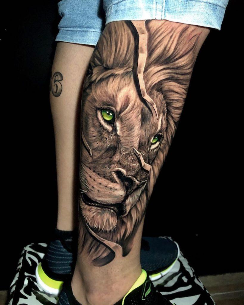 Tatuaż głowa lwa zkolorowymi oczami nałydce znaczenie dla mężczyzn ikobiet