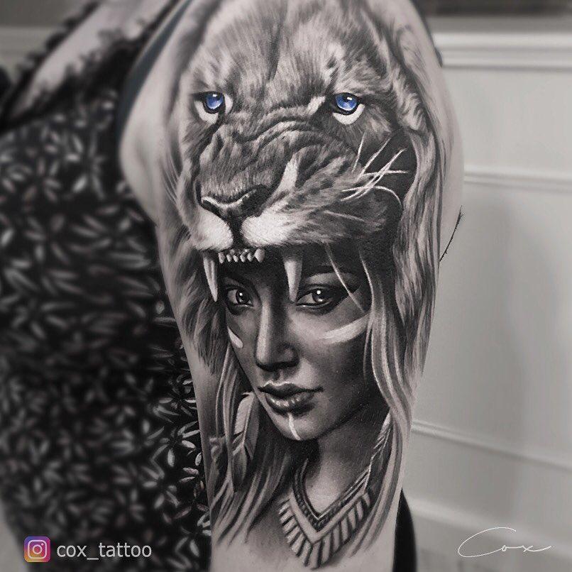 Tatuaż głowa lwa zniebieskimi oczami ubrana nadziewczynę naramieniu Znaczenie dla mężczyzn ikobiet