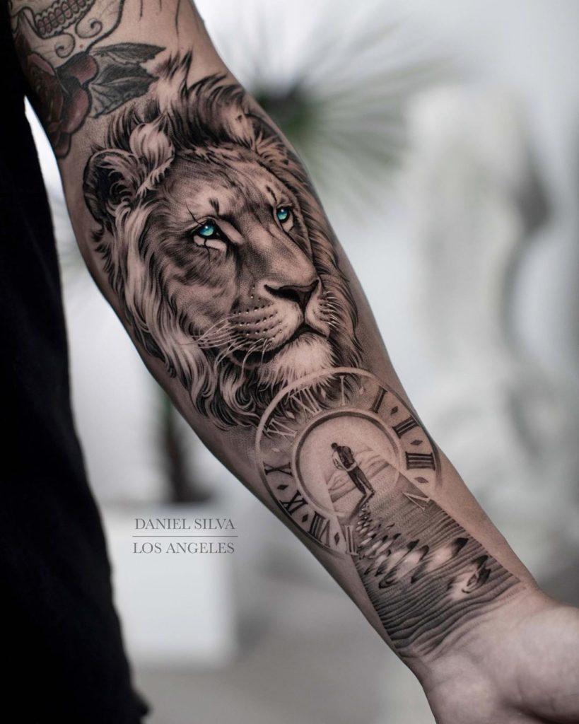 Tatuaż głowa lwa zzegarkiem ipodróżnikiem znaczenie dla mężczyzn ikobiet