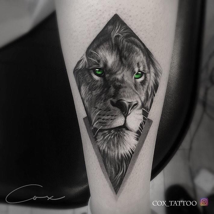 Tatuaż głowa lwa zzielonym oczami wrombie Znaczenie dla mężczyzn ikobiet