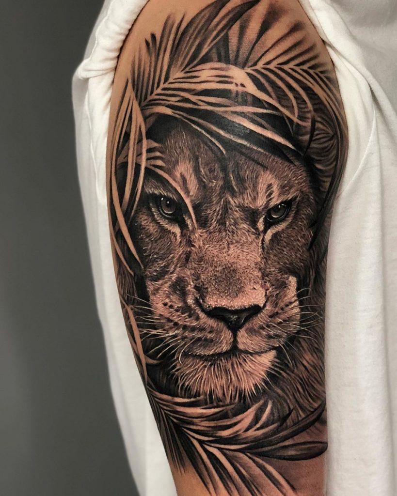 Tatuaż lwa naramieniu zlistkami Znaczenie dla mężczyzn ikobiet