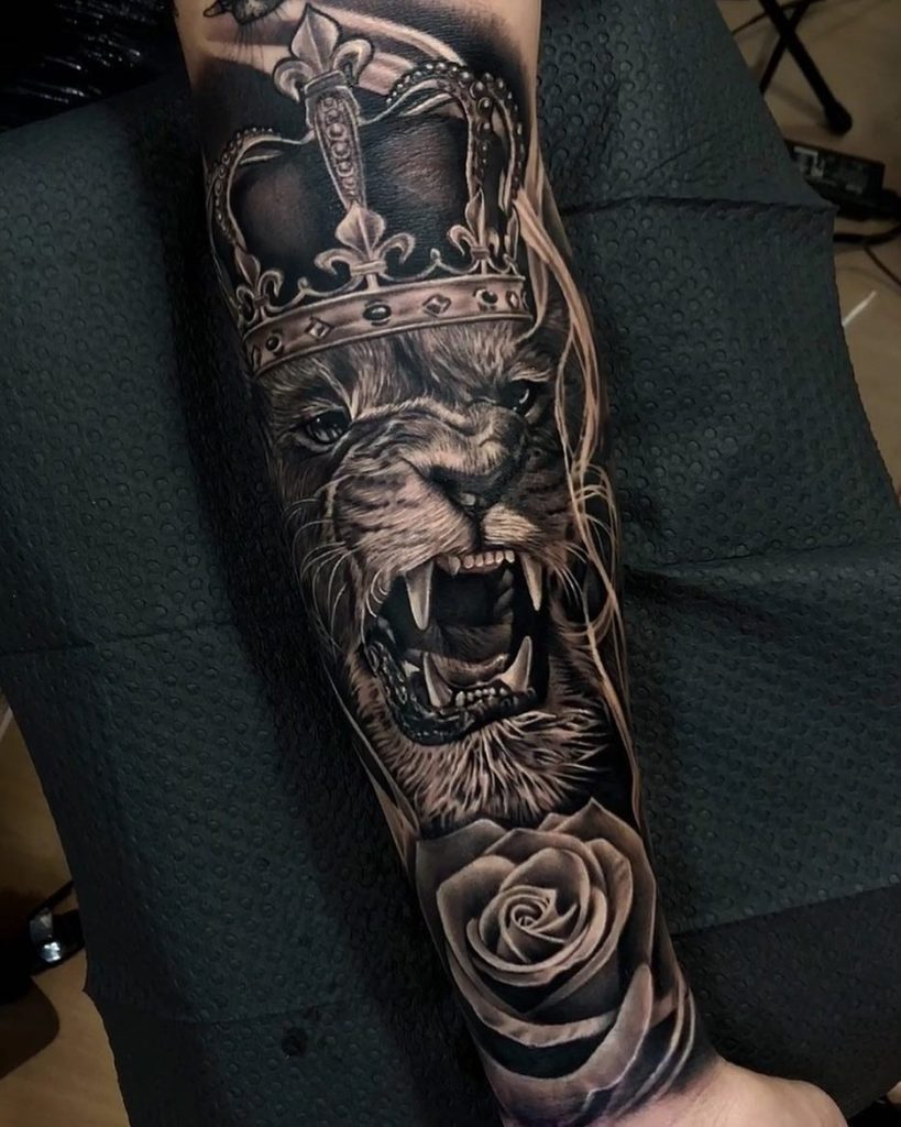 Tatuaż lwa rękaw inaprzedramieniu Znaczenie dla mężczyzn ikobiet