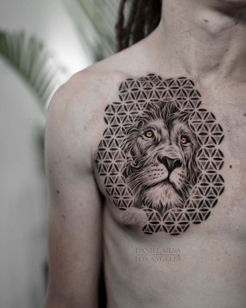 Tatuaż lwa wrealistycznym stylu zdodatkiem dotworku mandala naklatce piersiowej naZnaczenie dla mężczyzn ikobiet