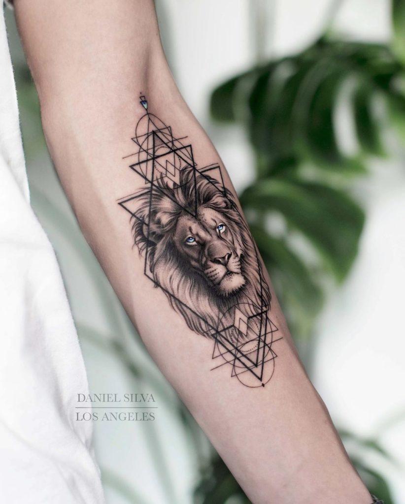 Tatuaż lwa zgeometrycznymi wzorami naprzedramieniu znaczenie dla mężczyzn ikobiet