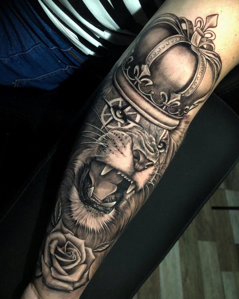 Tatuaż lwa zkoroną iróżą znaczenie dla mężczyzn ikobiet