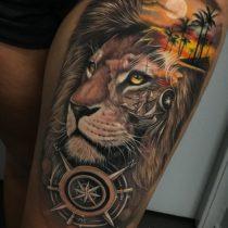 Tatuaż lwa z kosmosem i plaża z słońcem na udzie znaczenie dla mężczyzn i kobiet