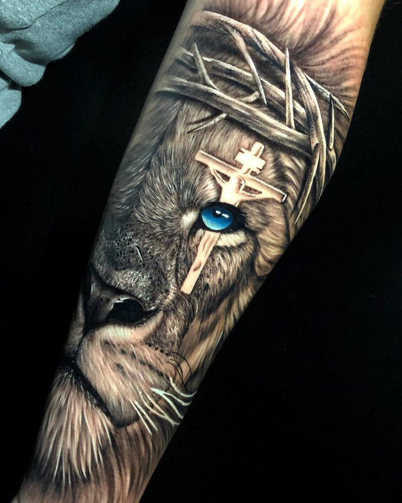 Tatuaż lwa zniebieskim okiem zkrzyżem naoku naprzedramieniu znaczenie dla mężczyzn ikobiet
