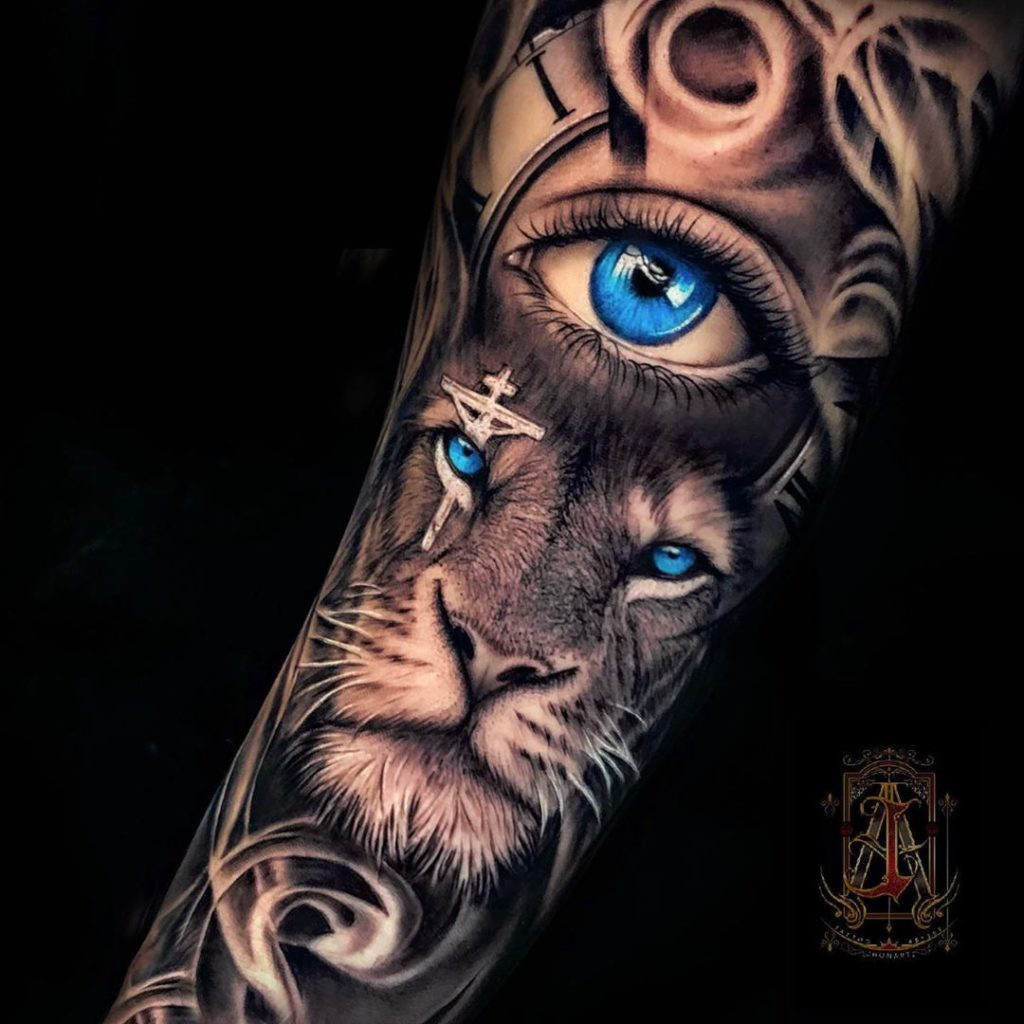 Tatuaż lwa zniebieskimi oczami iokiem nazgięciu znaczenie dla mężczyzn ikobiet