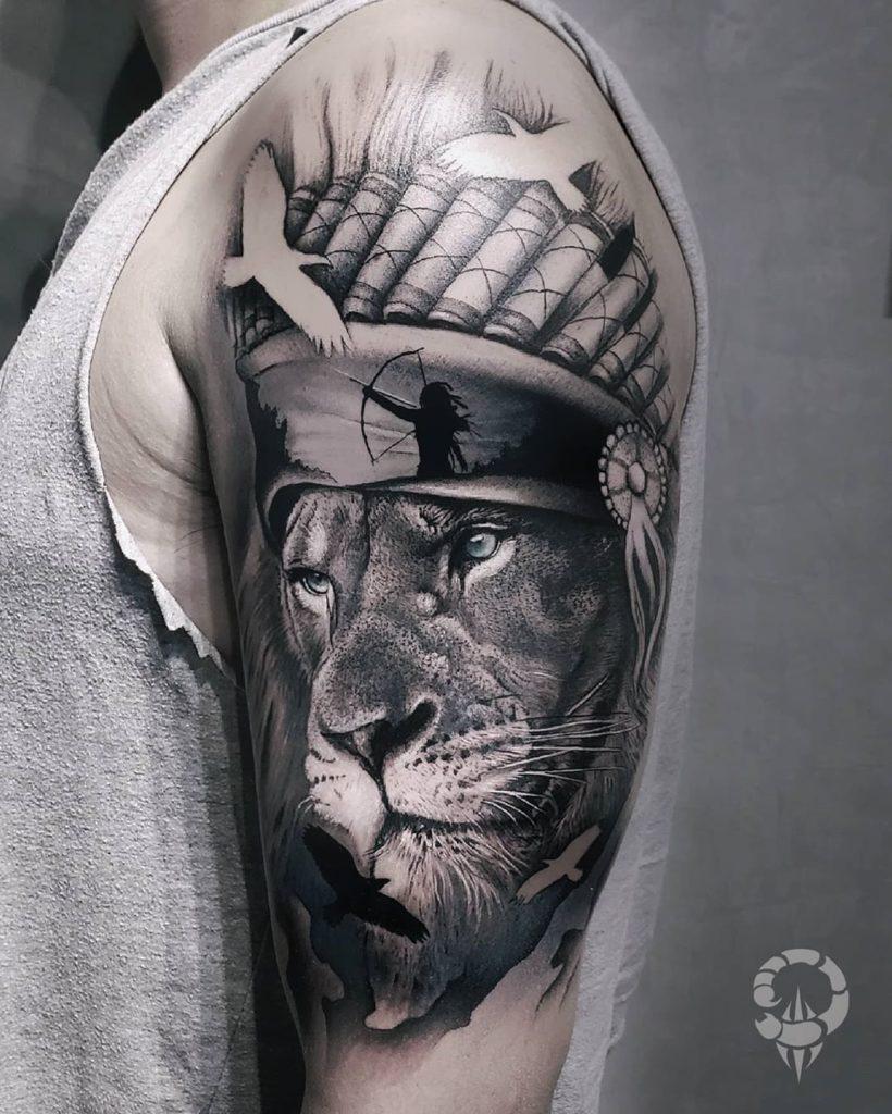 Tatuaż lwa zpiórami luk naramieniu znaczenie dla mężczyzn ikobiet