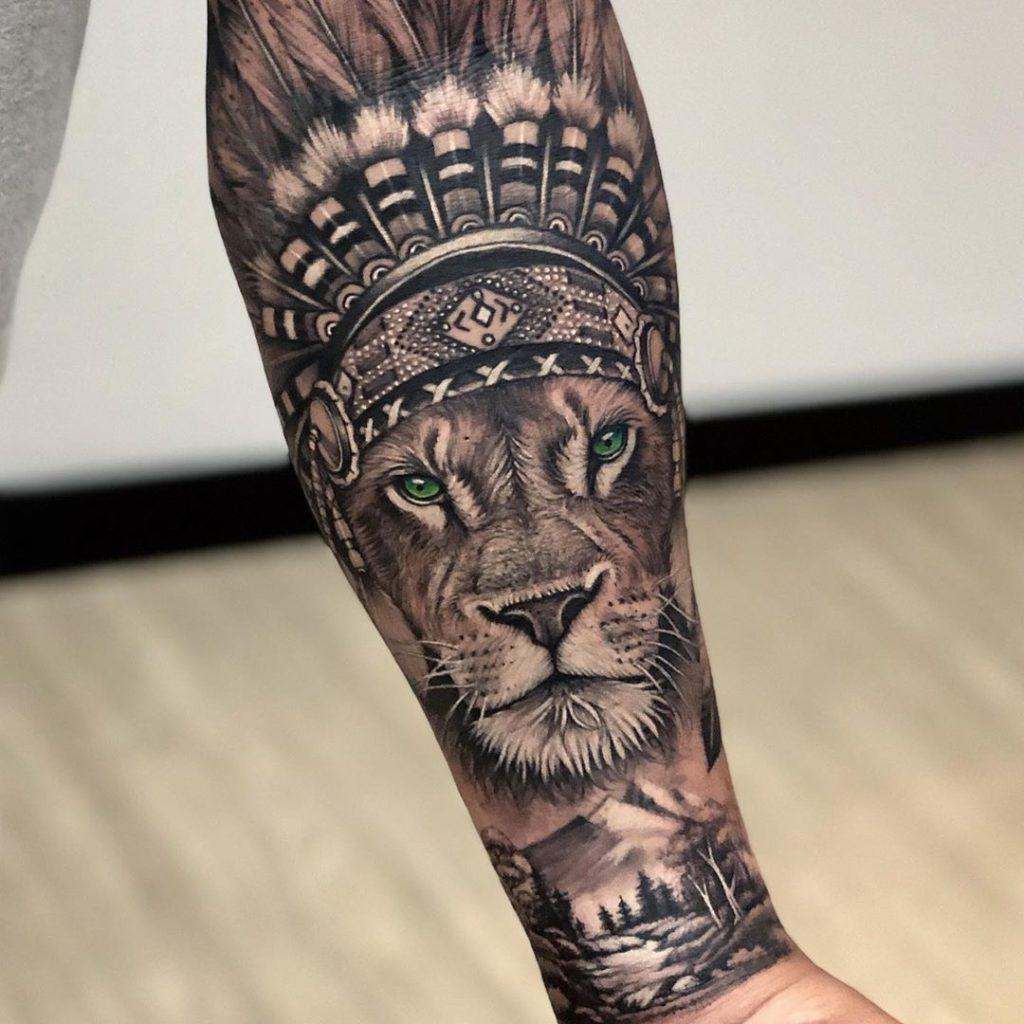 Tatuaż lwa zpiórami nagłowie zgórami, lasem znaczenie dla mężczyzn ikobiet