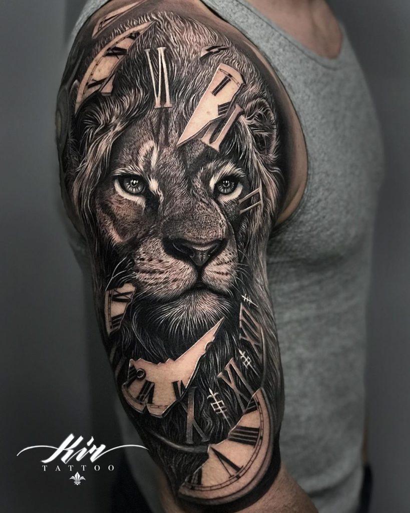 Tatuaż lwa zzegarkiem naramieniu znaczenie dla mężczyzn ikobiet