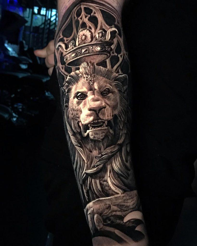 Tatuaż zły lew zkoroną naprzedramieniu Znaczenie dla mężczyzn ikobiet